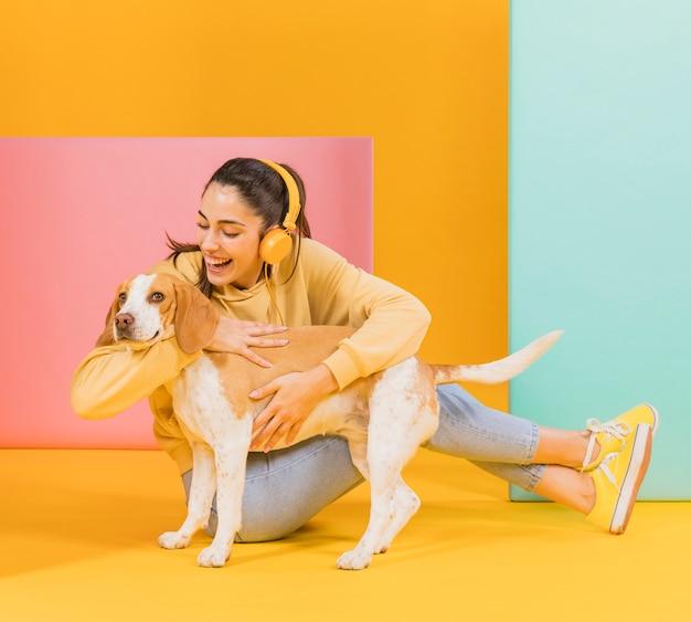 Счастливая женщина с милой собакой