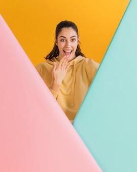 Счастливая женщина в желтом свитере