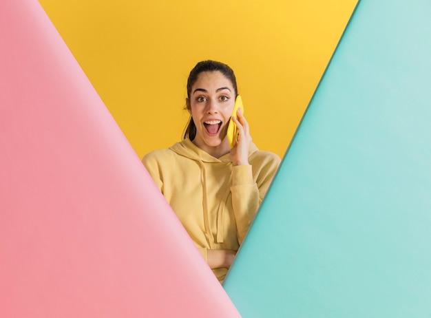 Счастливая женщина с смартфон
