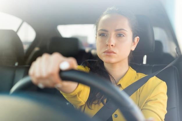 彼女の車を運転して自信を持って女性