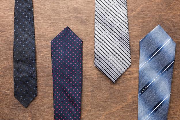 Вид сверху галстуки на деревянном фоне