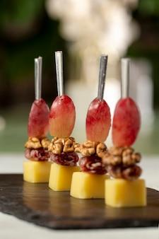 Крупный план деликатесной еды с орехами