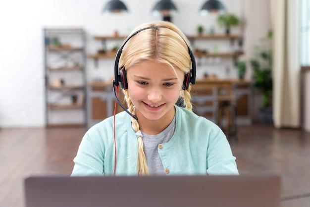 Молодая девушка ученик работает на ноутбуке