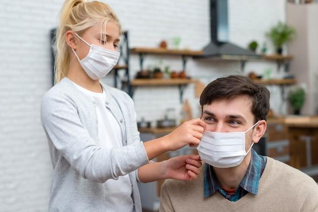 家庭教師と若い学生がマスクの使い方を学ぶ