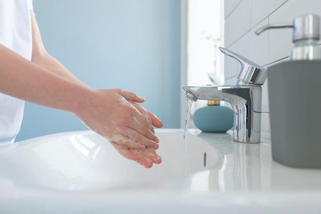 クローズアップクリーニングと手を洗う