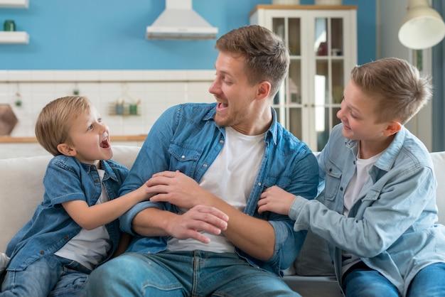 Отец с братьями и сестрами проводят время
