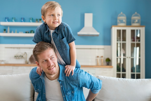 Отец и сын, глядя в сторону