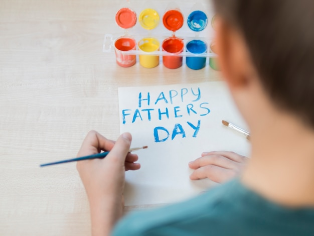Счастливый день отца рисует через плечо сына