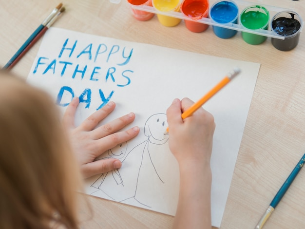 Счастливый день отца рисует через плечо дочери