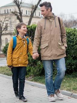 Отец и сын гуляют на свежем воздухе