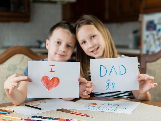 Брат и сестра рисуют на день отца