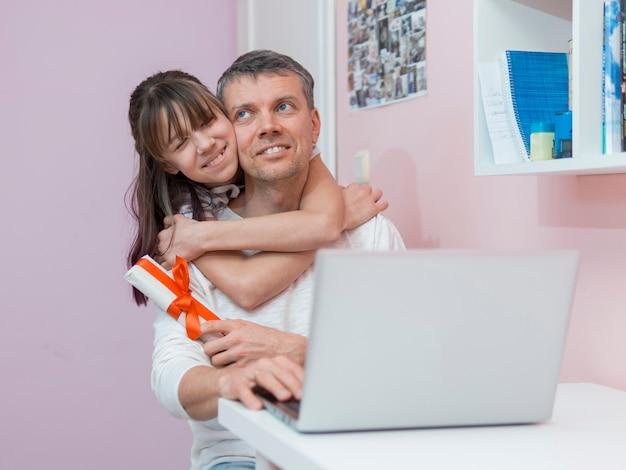 Дочь предлагает подарок отцу