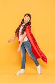 スーパーヒーローの衣装を着ているハイアングルの女の子
