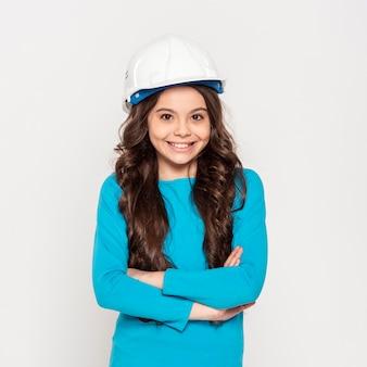 エンジニアのヘルメットを身に着けている正面の女の子