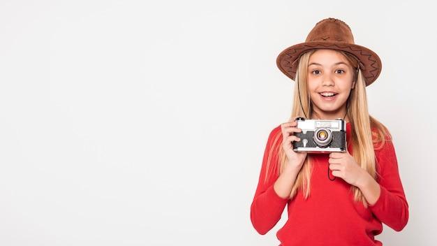 Копия пространство девушка держит камеру