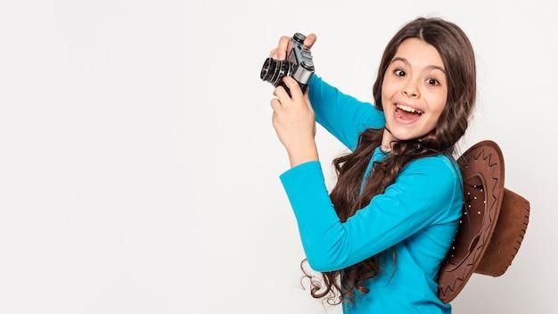 Вид сбоку девушка с камерой
