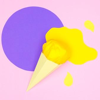 Мороженое на конусе в бумажном стиле на столе