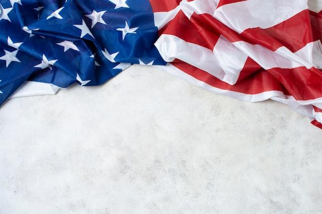 コピースペースを持つしわくちゃの米国旗