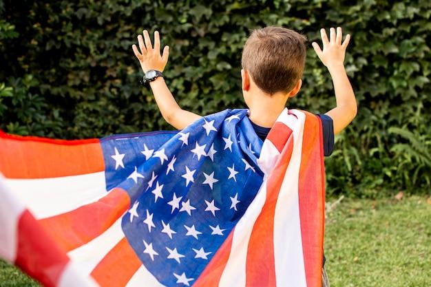 アメリカ国旗を身に着けている正面少年