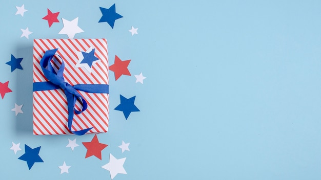 Вид сверху сша флаг завернутый подарок с копией пространства