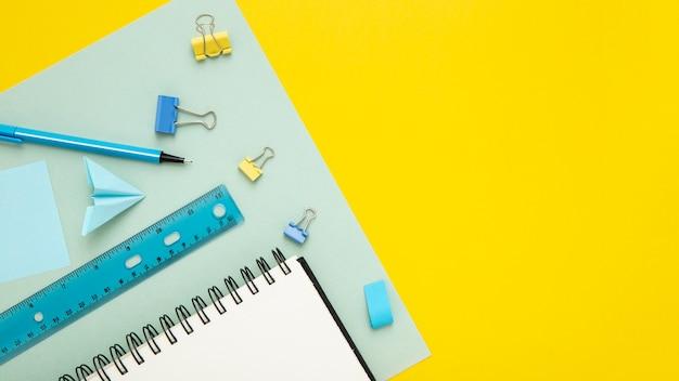 黄色の背景に文房具の配置