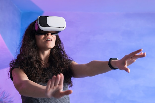 Женщина с очками виртуальной реальности