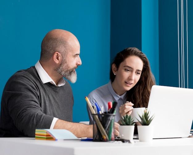 Коллеги вместе проводят мозговой штурм в офисе
