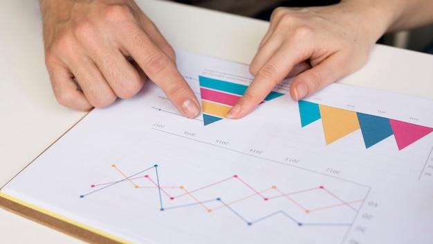 ビジネスグラフを分析するクローズアップの同僚