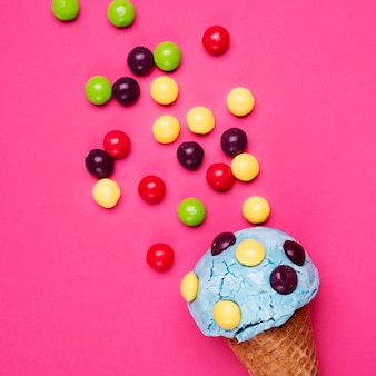 Вид сверху вкусное мороженое с конфетами