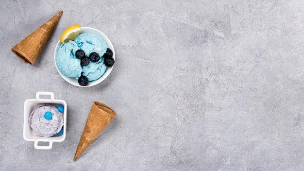 Вид сверху вкусное мороженое с копией пространства