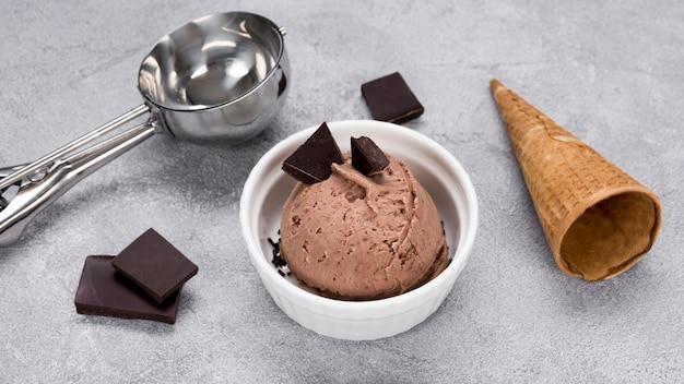 Вкусное шоколадное мороженое крупным планом