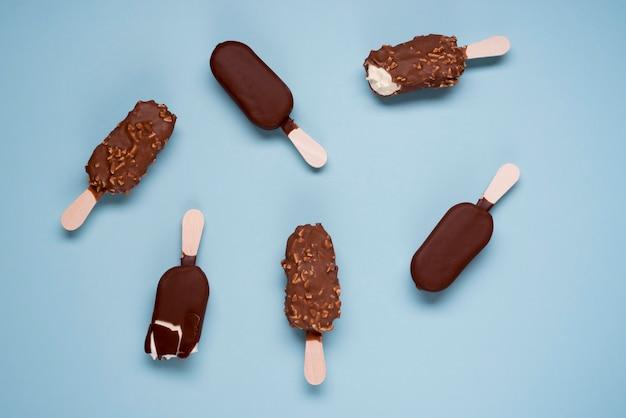 テーブルの上のおいしいチョコレートアイスクリームの選択