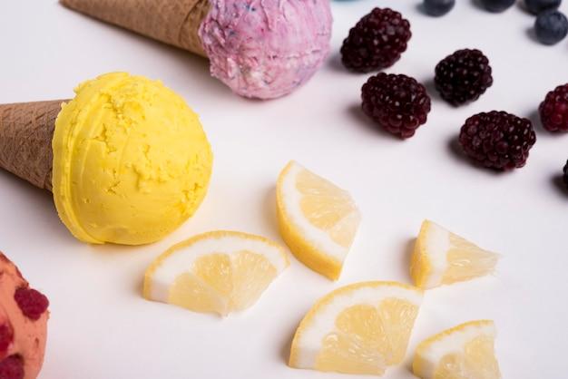 Макро освежающее мороженое с дольками лимона