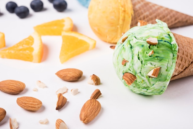 Макро вкусное мороженое с миндалем