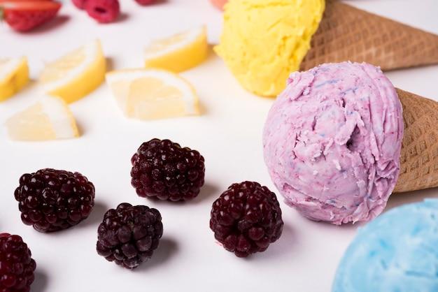 Макро освежающее мороженое с ягодами