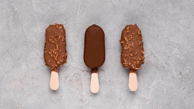 Вид сверху шоколадное мороженое на столе