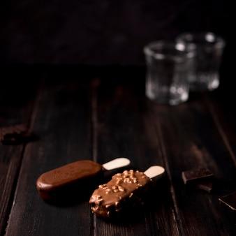 Крупный план шоколадного мороженого на столе