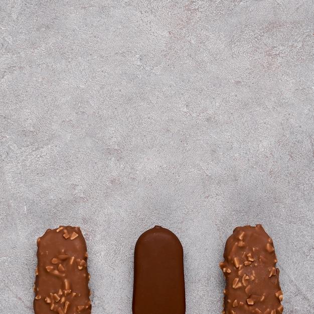 コピースペースを持つ平面図チョコレートアイスクリーム