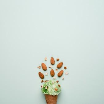 Вид сверху миндальное мороженое с копией пространства