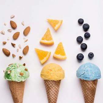 Вид сверху освежающие конусы мороженого на столе