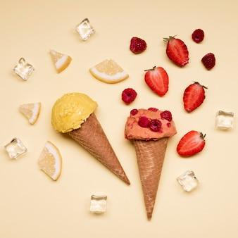 Вид сверху вкусное мороженое с клубникой