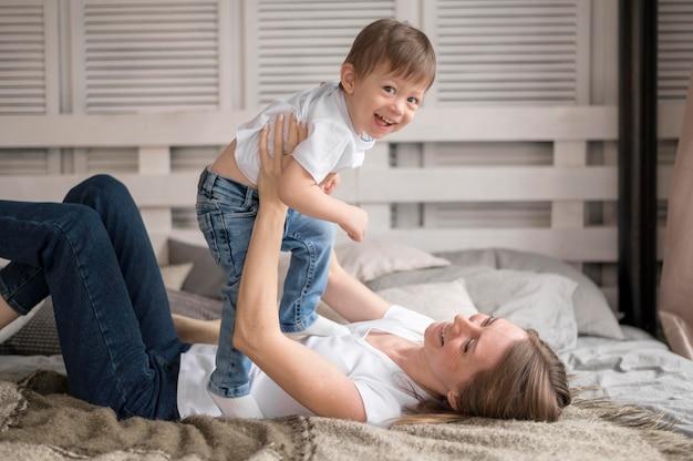 息子と遊ぶ母