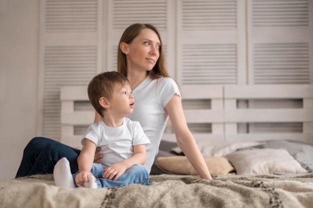 母と息子のベッド