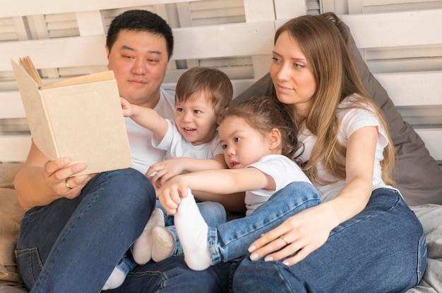 Высокий угол семьи вместе дома