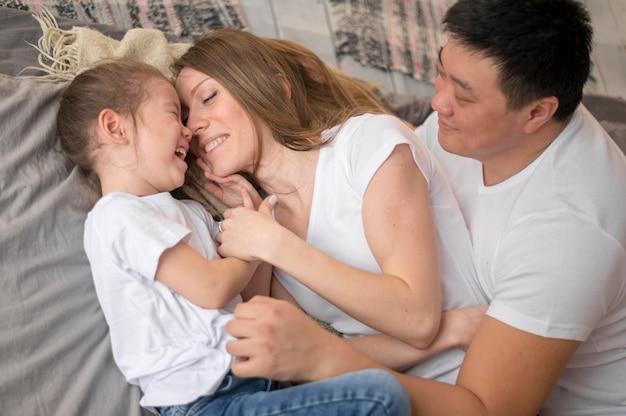 Отец и мать с дочерью