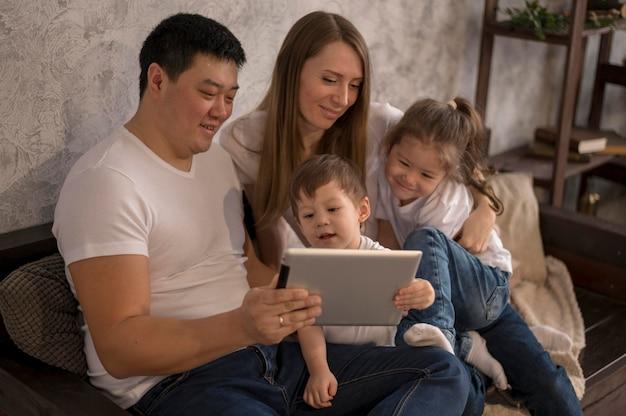 Семья хорошо проводит время вместе
