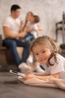 Маленькая девочка с планшетом