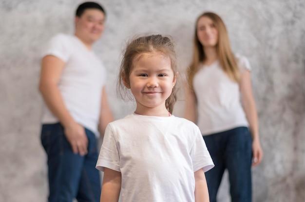 Низкий угол девочка и ее родитель