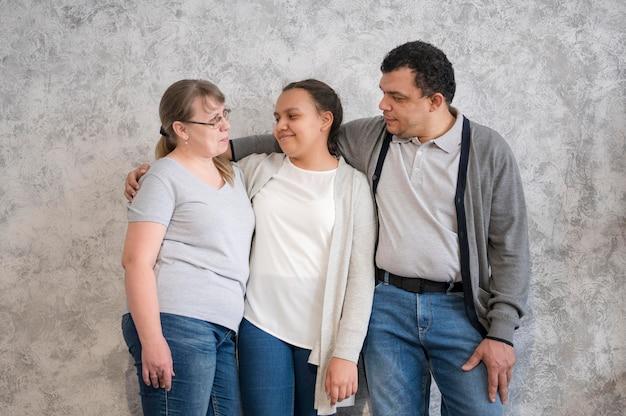 Семья смотрит друг на друга