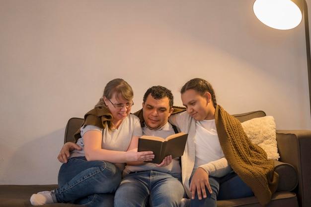 低角度の家族の読書